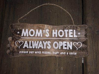 "Hangend bord ""Hotel Mama"""